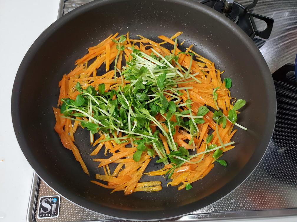 凪のお暇凪めし節約レシピ豆苗とにんじんの黒こしょう炒め炒め方