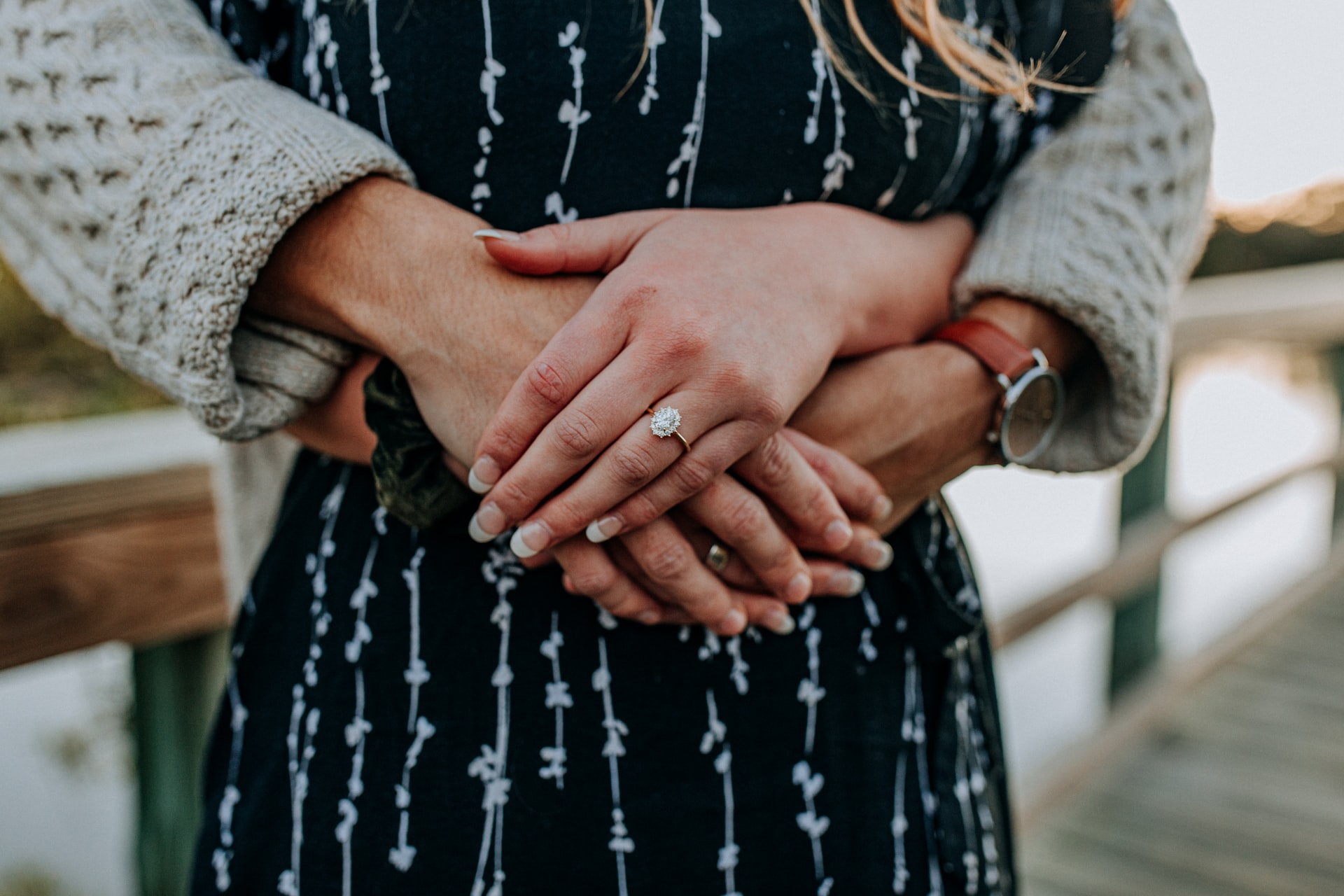 抱きしめられる女性の画像
