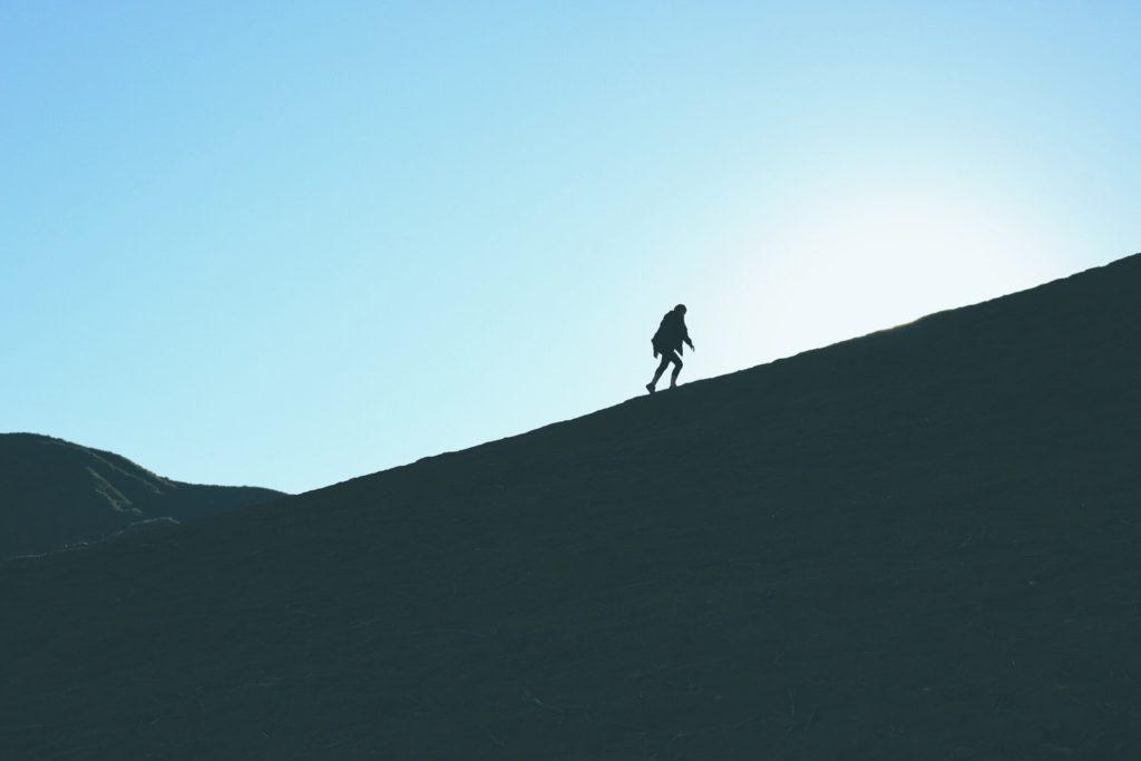 山を登っている人の画像